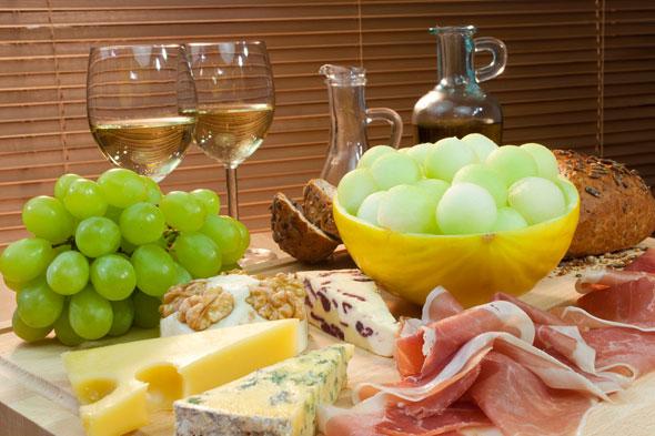 Kết quả hình ảnh cho món ăn với rượu vang trắng